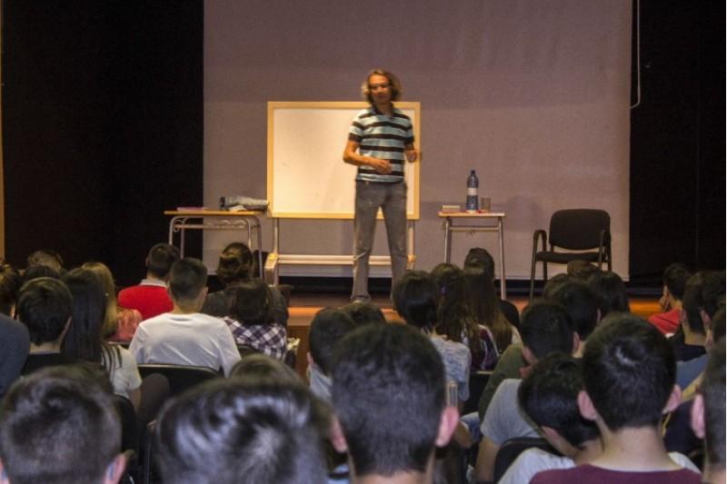 Alumnes de l'IES Serra de Mariola de Muro gaudeixen del prestigiós calculista i matemàtic Alberto Coto / IES Serra Mariola