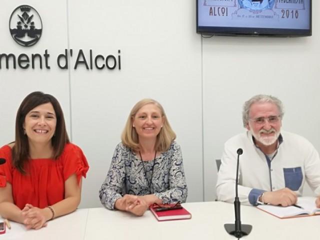 La regidora de turisme, Lorena Zamorano, amb Victoria Romero i Emilio Ripoll, presidenta i secretari de l'Associació AMics el Modernisme d'Alcoi /AM
