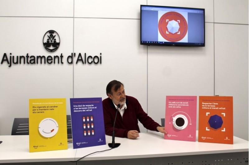 El regidor Manolo Gomicia mostra els quatre cartells de la campanya de sensibilitació