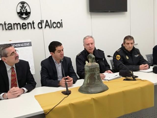 El director general de seguretat, la policia autonòmica i Francesc Llop, especialista en campanes, expliquen el procés de recuperació
