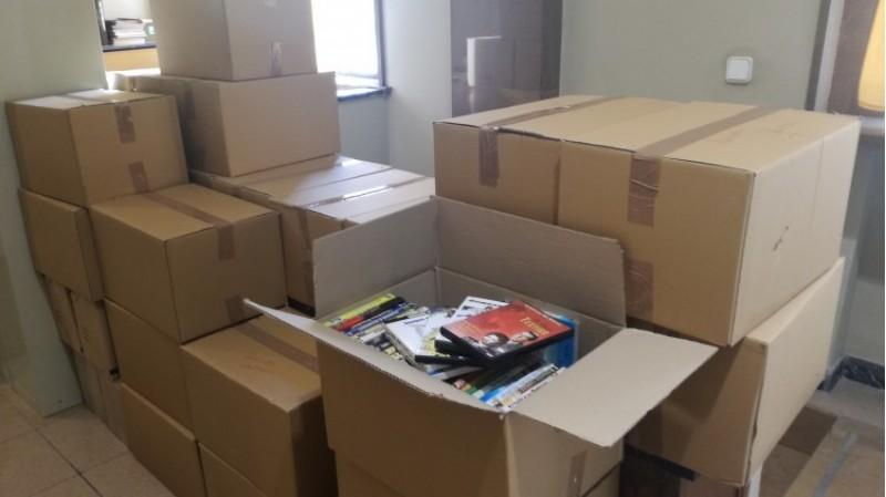 Més de 30 caixes amb DVDs s'incorporen al catàleg de pel·licules de la Biblioteca Municipal d'Alcoi