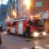Els bombers atenen un incendi a un sisé pis del carrer Murillo