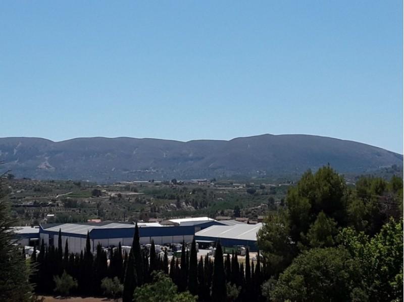 Vista parcial de les muntanyes d'El Comtat, amb Alcosser i Benimarfull al fons/AM