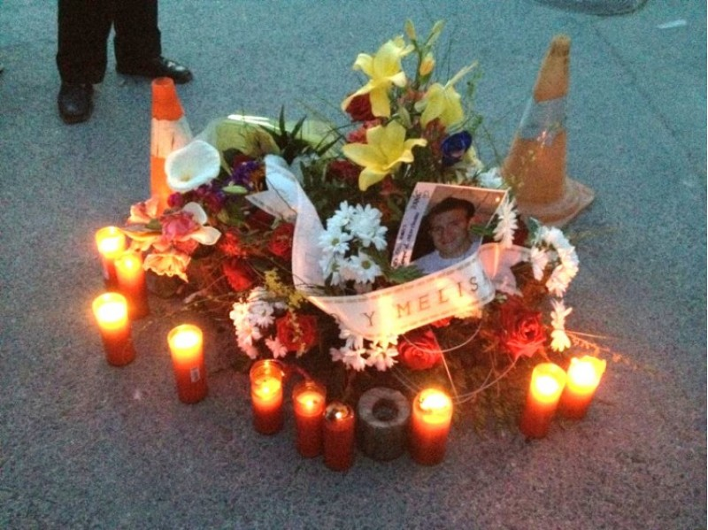 Flors i ciris s'han col·locat durant tot el dia a la plaça de Planes, lloc dels fets./ AM