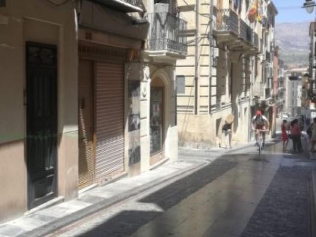 Carrer Sant Francesc al centre d'Alcoi / AM