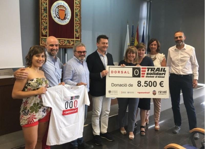 Moment de l'entrega de la dotació de la campanya Dorsal 0 / AM
