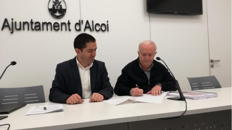 L'alcalde Toni Francés i el president de l'Associació de Sant JoOrdi Juan José Olcina, signen la sol·licitud per a declarar les festes de Moros i Cristians d'Alcoi Bé d'Interés Cultural Immaterial