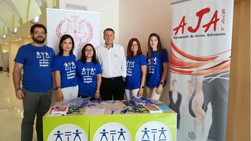 El degà dels advocats alcoians, Ricardo de la Encarnación, de blanc en el centre; acompanayt d'unj grup d'advocats d'ofici