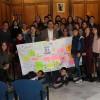 El joves del CLIA lliuren la seua carta a l'alcalde d'Alcoi