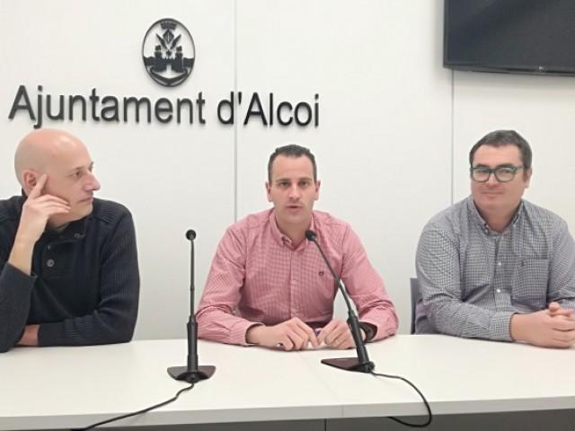 D'esquerra a dreta, l'artista Jordi Peidro, el regidor d'educació ALberto Belda, i el director de l'IES Andreu Sempere Jesús Martínez com a representant de les escoles UNESCO d'Alcoi