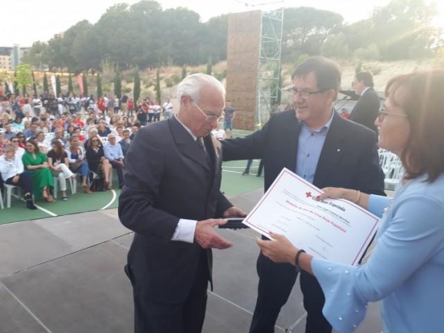El voluntari de la Creu Roja Espanyola, D. José Conca Sánchez rep la Medalla d'Or pels seus serveis durant molts anys / Creu Roja