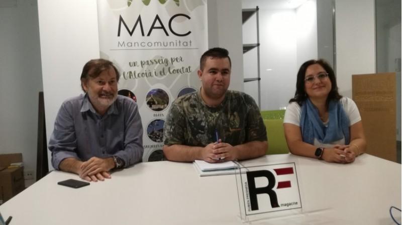 Aitor Pla en mig, amb Lucía Romero, d'Art Nostre; i amb Manolo Gomicia, gerent de la Mancomunitat de l'Alcoià i el Comtat, que dóna suport a la revista