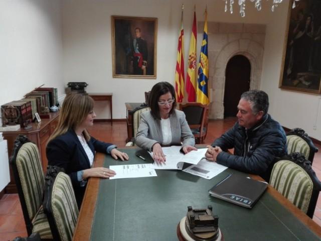D'esquerra a dreta: Prados Vicent (regidora d'Indústria), Humi Guill (alcaldessa) i Pedro Prieto (president d'IBIAE)