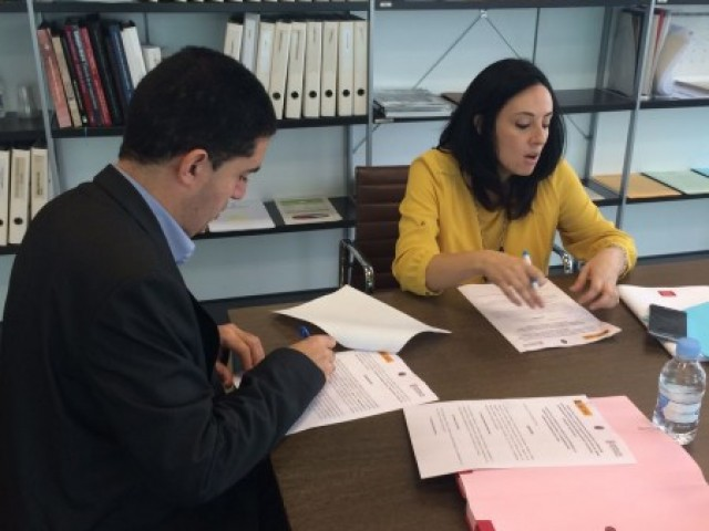 L'alcalde TOni Francés signa els nous termes del conveni amb la conselelra Maria José Salvador