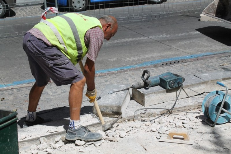 Un operari municipal treballa en la millora de voreres a la ciutat