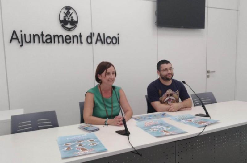 La regidora Aroa Mira i l'empresa Punts Suspensius, presenten la nova campanya