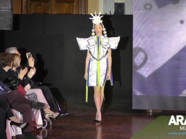 El paper també pot vestir. L'EASD Alcoi i Mapelor sorprenen en la Pajarita Fashion Week