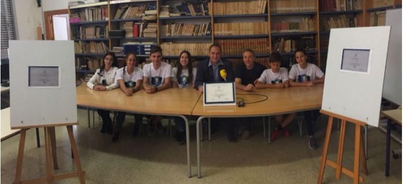 Els alumnes 'UNESCO', Toni González i Vicent Romans expliquen les activitats del 15 de juny / R. Lledó