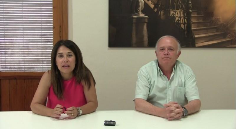 La regidora de turisme Lorena Zamorano i el president de l'Associació de Sant Jordi, Juan José Olcina
