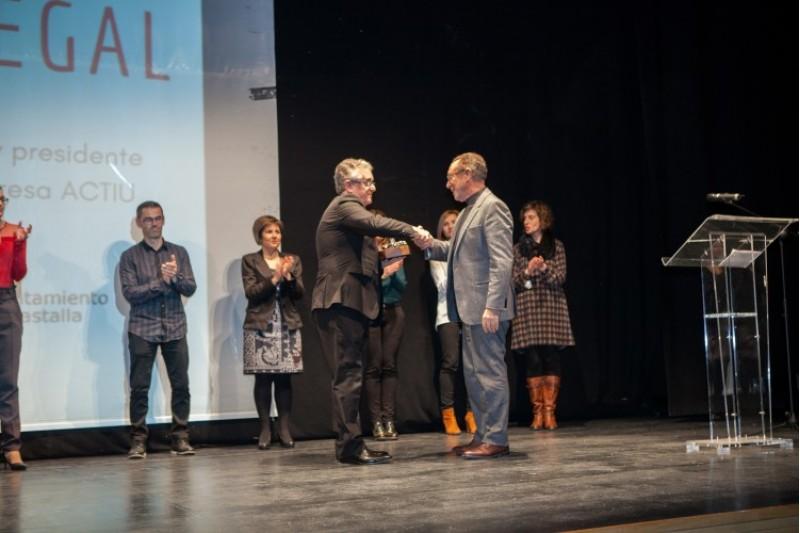 La Gala de lliurament de premis de Castalla Emprende i GastroCastalla rendeixen homenatge al fundador d'ACTIU, Vicent Berbegal  / ACTIU