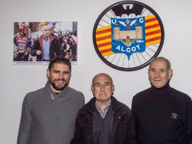 Santiago Blanquer, al centre, i darrere la imatge que penja a la UCA / UCA