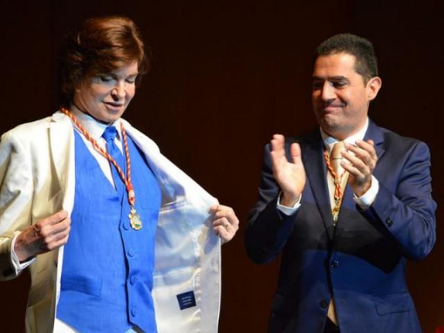 Camilo al rebre la Medalla junt a Toni Francés / R. Lledó