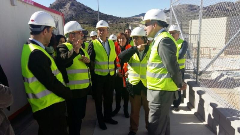 El conseller d'economia, Rafa Climent, en una visita a les obres de la subestació elèctrica de Castalla