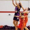 Marta Belenguer amb dos rivals durant un partit / Yolanda Fotografía