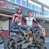 L'alcoià i campió mundial de 125 cc, Nico Terol, li dona lliçons de pilotatge a l'actor Keanu Reeves / Xarxes socials