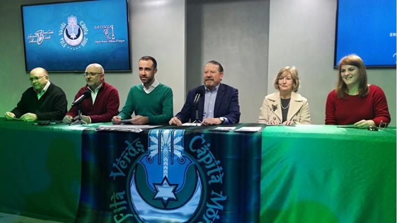 El capità d'Els Verds 2018 amb el compositor de la música Saül Gómez. En la taula també representants de la banda Santa Cecília de Castalla i la colla d'Ontinyent, la presidenta de l'associació de familiars i malalts d'Alzheimer d'Alcoi i el primer tro de la Filà