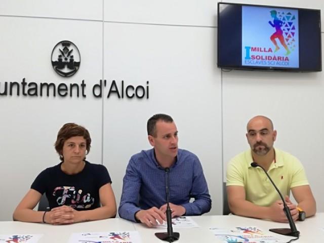 Lorena Padilla i Pablo Verdu presenten la Milla Solidària amb el regidor d'esports i educació Alberto Belda