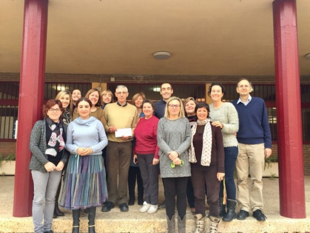 Lliurament de la donació econòmica recaptada en la Campanya Solidària Nadal 2017, 1 llibre 1 euro, de la mà d'EOI d'Alcoi / EOI