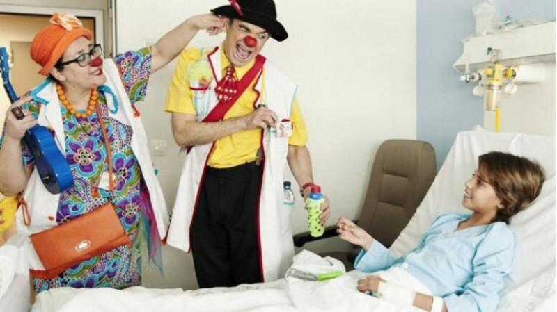 Mercat ambulant solidari en el Col·legi Públic Cervantes d'Ibi per a recaptar fons per l'associació payaSOSpital