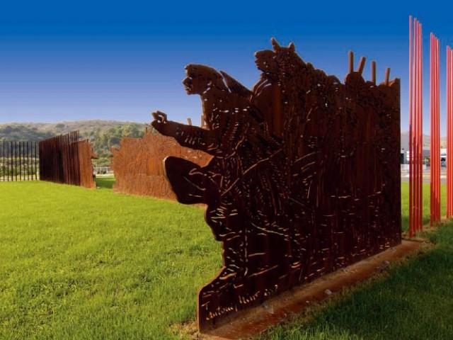 L'escultura '25 d'abril 1707' es troba a la redona d'accés nord a Gandia./ AM