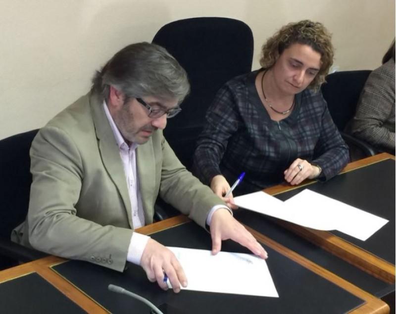 Javier Sendra i Jacqueline Cerdà signen l'acta de replanteig / R. Lledó