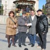 Representants de Danses El Carrascal lliuren la donació a Càritas