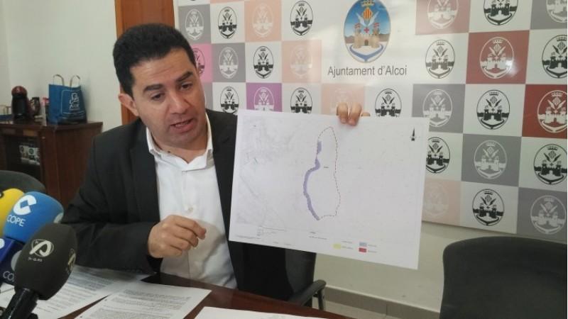 L'alcalde Toni Francés, amb el plànol de Pagos/AM