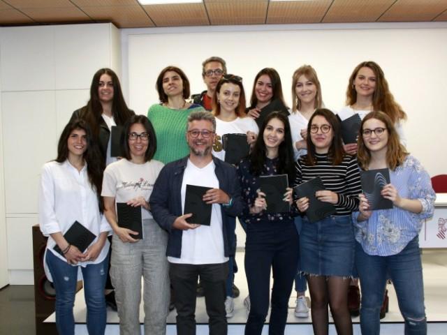Foto de família amb els coordinadors i alguns dels alumnes responsables de la revista 'Signes'/EG