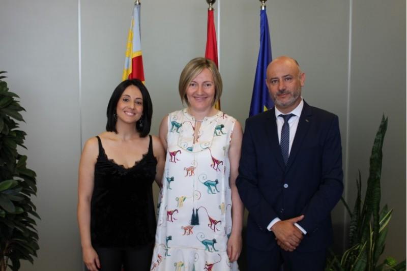 La consellera María José Salvador, amb l'anterior directora general Rebeca Torró, i el nou director general Rafa Briet
