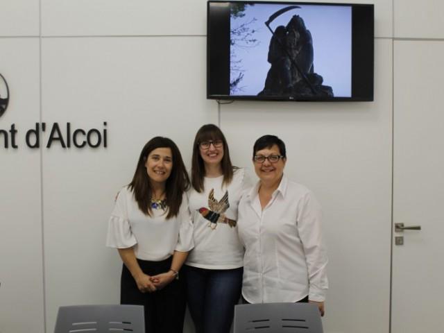 Lorena Zamorano, Elisa Beneyto i Eva Valenciano presenten la visita teatralitzada / Ajuntament d'Alcoi