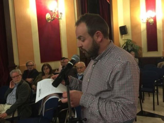 Ángel Vañó llegeix la moció al plenari / R. Lledó