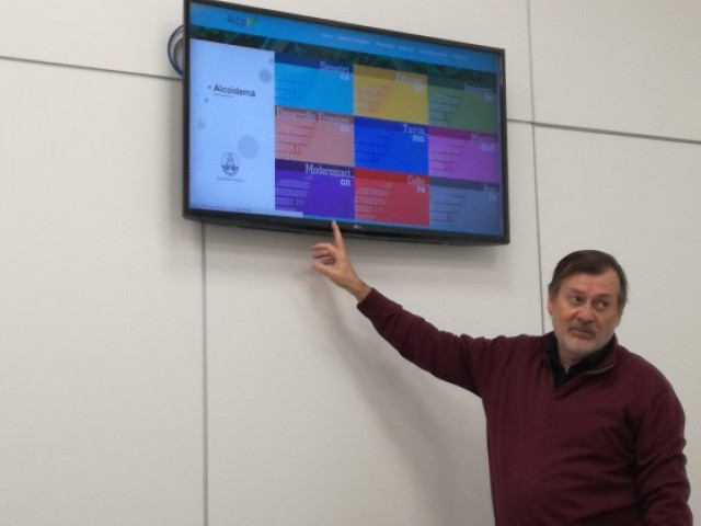El regidor Manolo Gomicia mostra la nova web del projecte Smart City