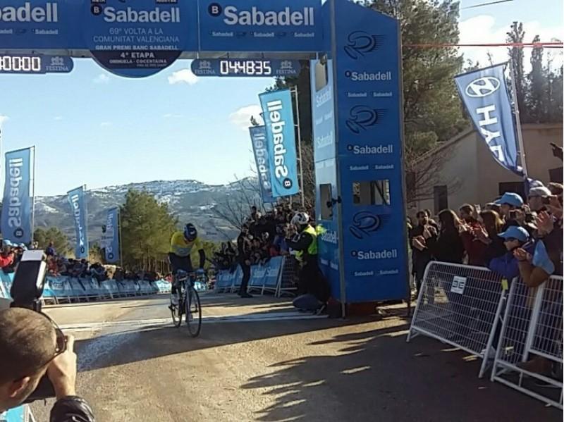 Valverde creu la meta com a guanyador / Twitter Volta a la Comunitat Valenciana