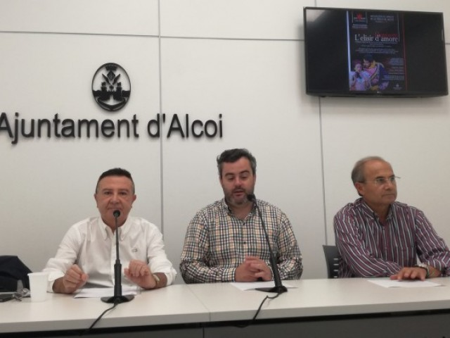 Alfonso Jordá i Miguel Ferrándiz, de l'Associació d'Amics de la Música, amb el regidor de cultura Raül Lllopis