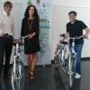 L'alcaldessa Mireia Estepa i el regidor Saül Botella, amb el responsable de l'empresa proveïdora de les bicicletes.