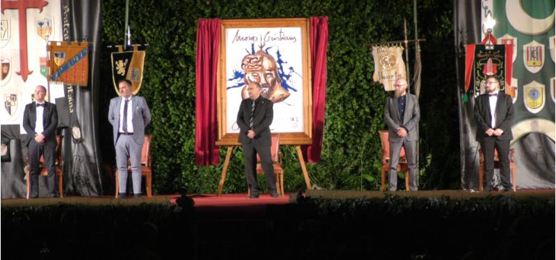 D'esquerra a dreta: JavierPascualMotos (Abanderat Cristià de la Filà Creuats), Màxim FerrerSellés(Capità Cristià de la FilàContestanos), Hipòlit Borrás i Martínez (President de la Junta de Festes), Rubén Colomina Arroyo (Capità Moro de la FilàBereberes) i Abraham MoltóGarcía(Abanderat Moro de la Filà Manta Roja). // ARAMULTIMÈDIA