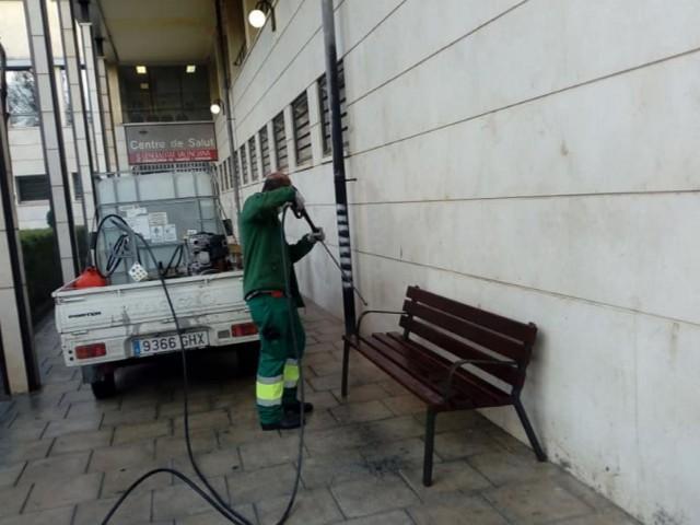 Operaris municipals treballen en la desinfecció de carrers a Muro