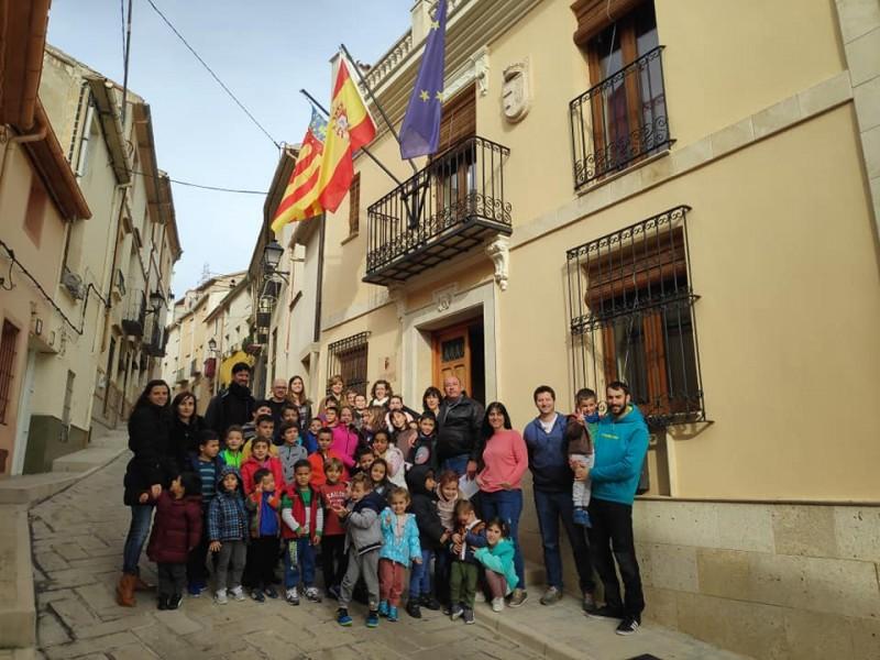 Fins a l'Ajuntament de l'Alqueria s'ha desplaçat un grup d'escolars del poble per a celebrar la notícia.