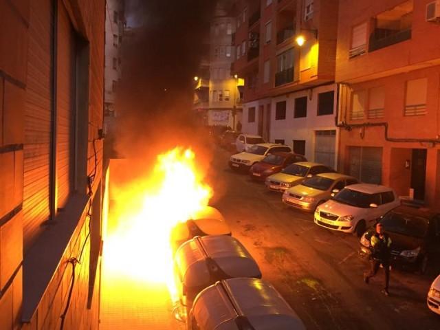 Contenidor cremat al carrerSeverinoAlbarracín.